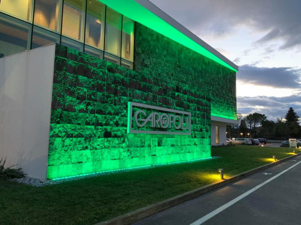 Ingresso della nuova sede di Garofoli illuminata di verde