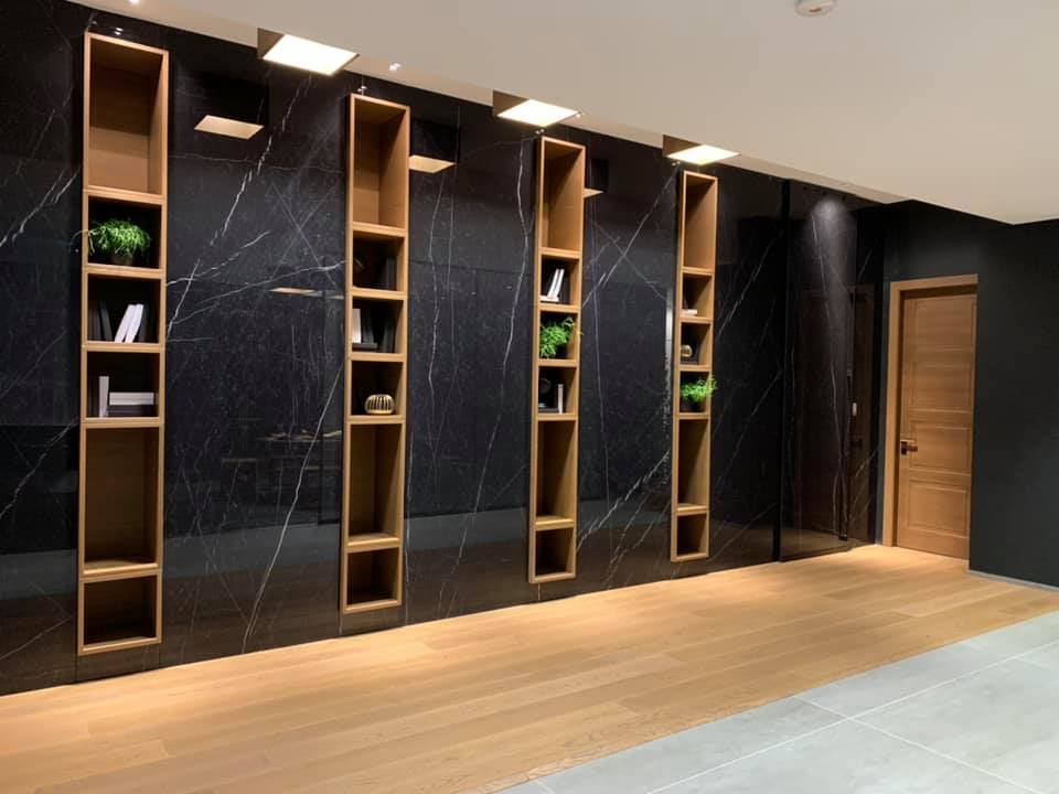 ambiente con parquet e pareti con mensole e porte