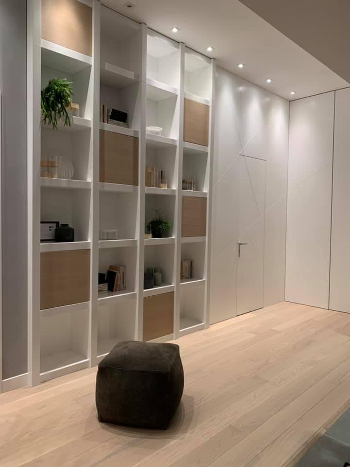 ambiente con parete bianca e parquet in legno