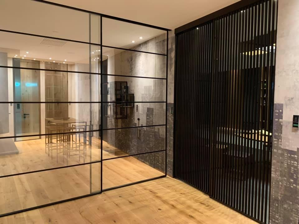 porte scorrevoli in vetro con pavimento in legno