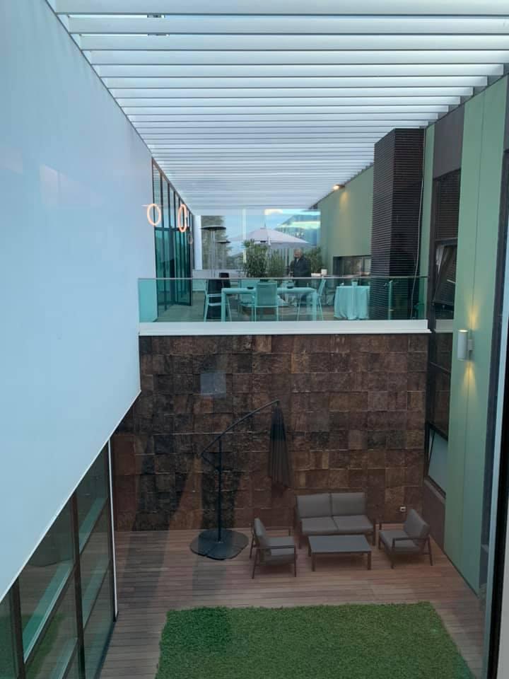 terrazza esterna con tavolino e sedie