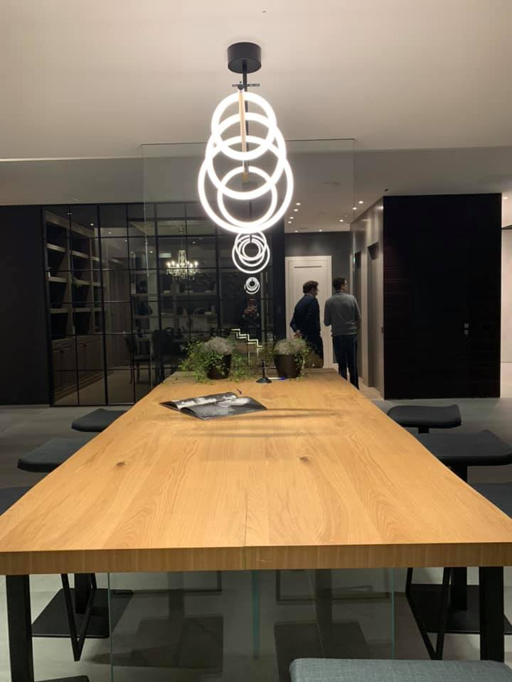 tavolo lampada con sedie  e pareti i vetro