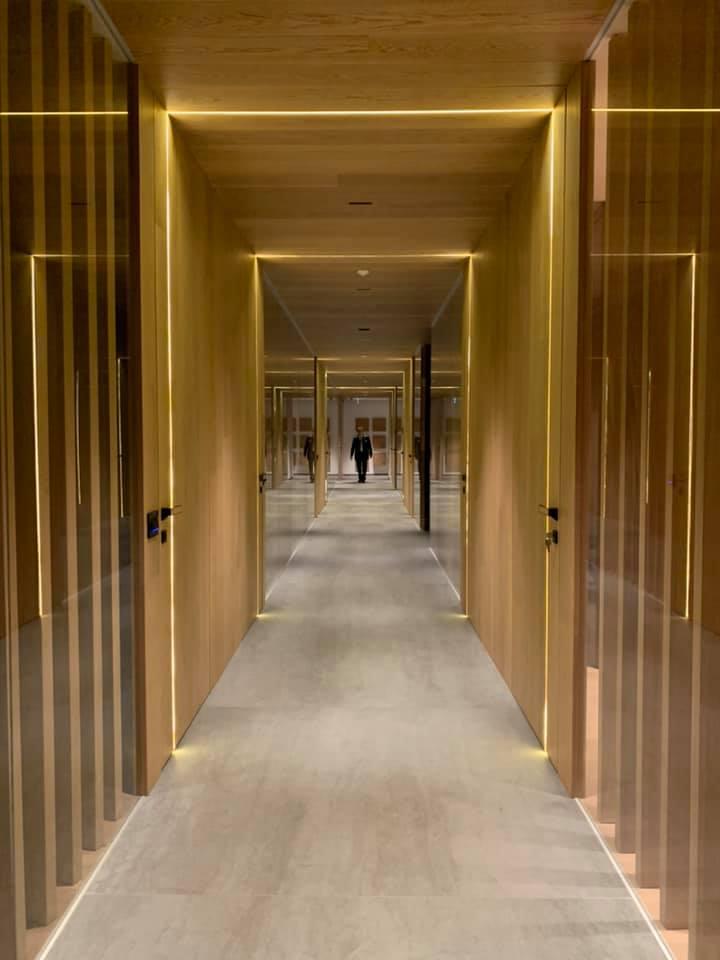 corridoio con pareti e porte