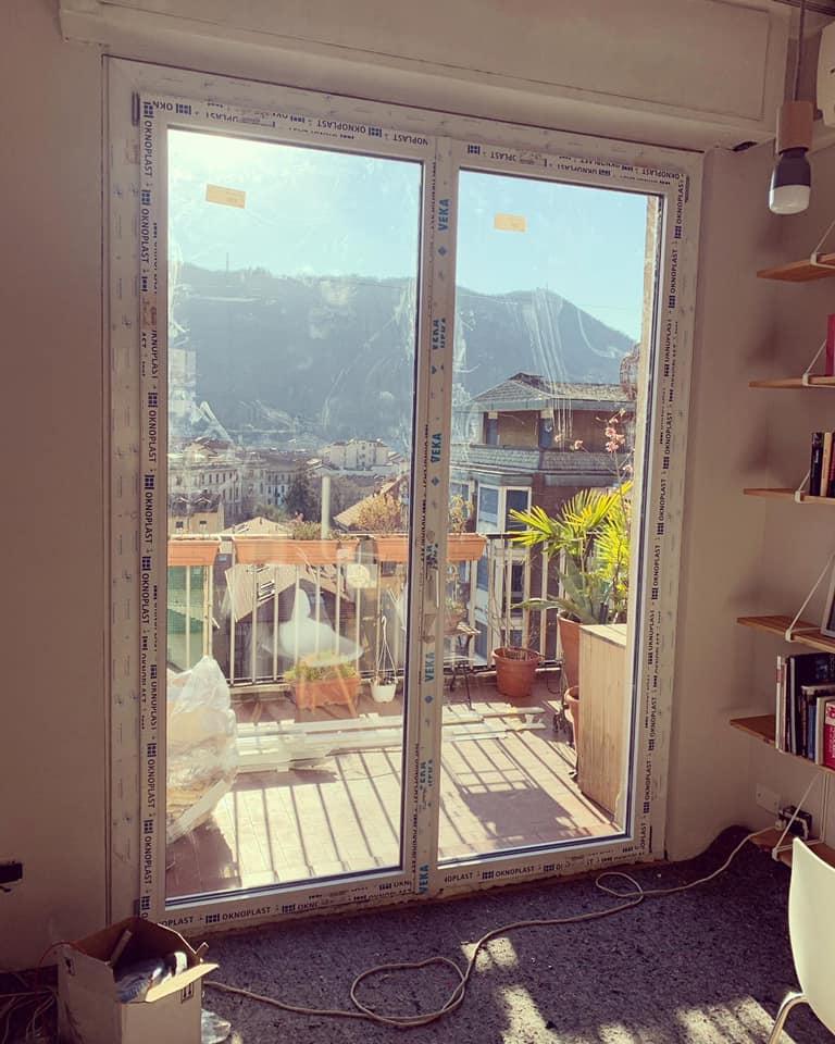 sostituzione del serramento in pvc del soggiorno con vetrate ampie