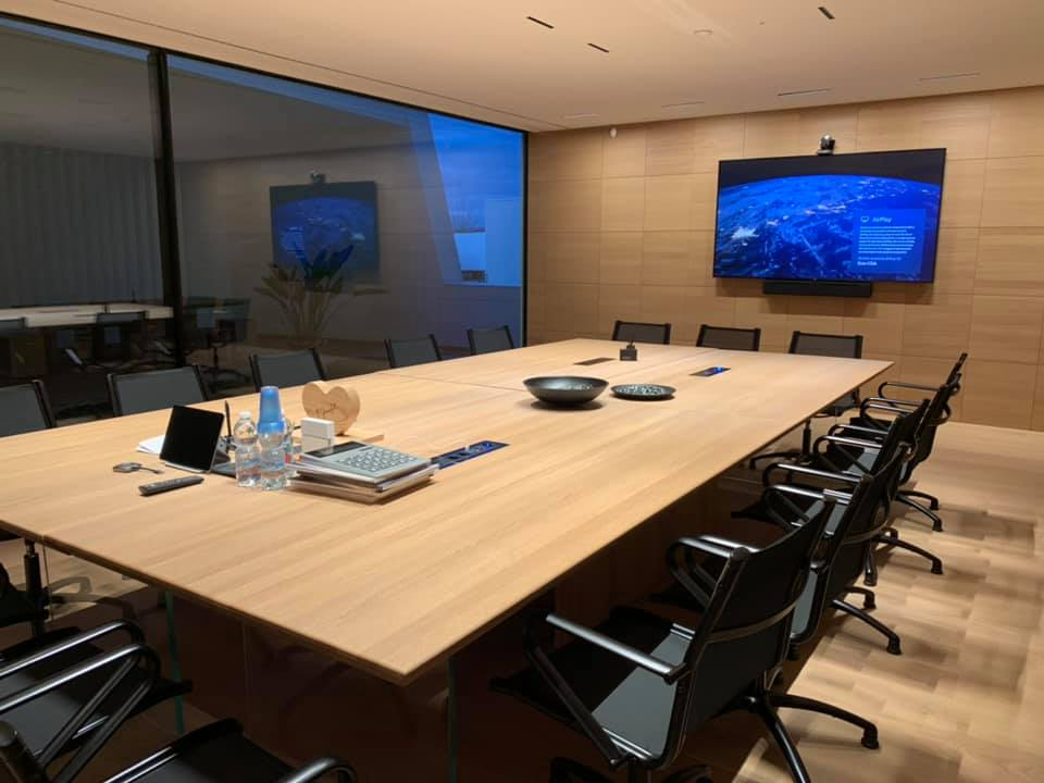 sala meeting con tavolo sedie e televisore