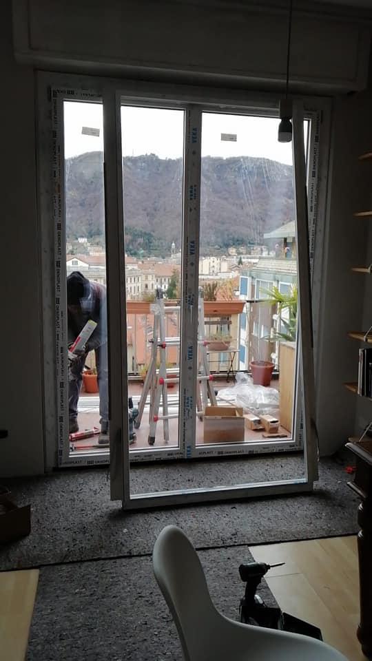 serramento in pvc in fase di installazione nel soggiorno