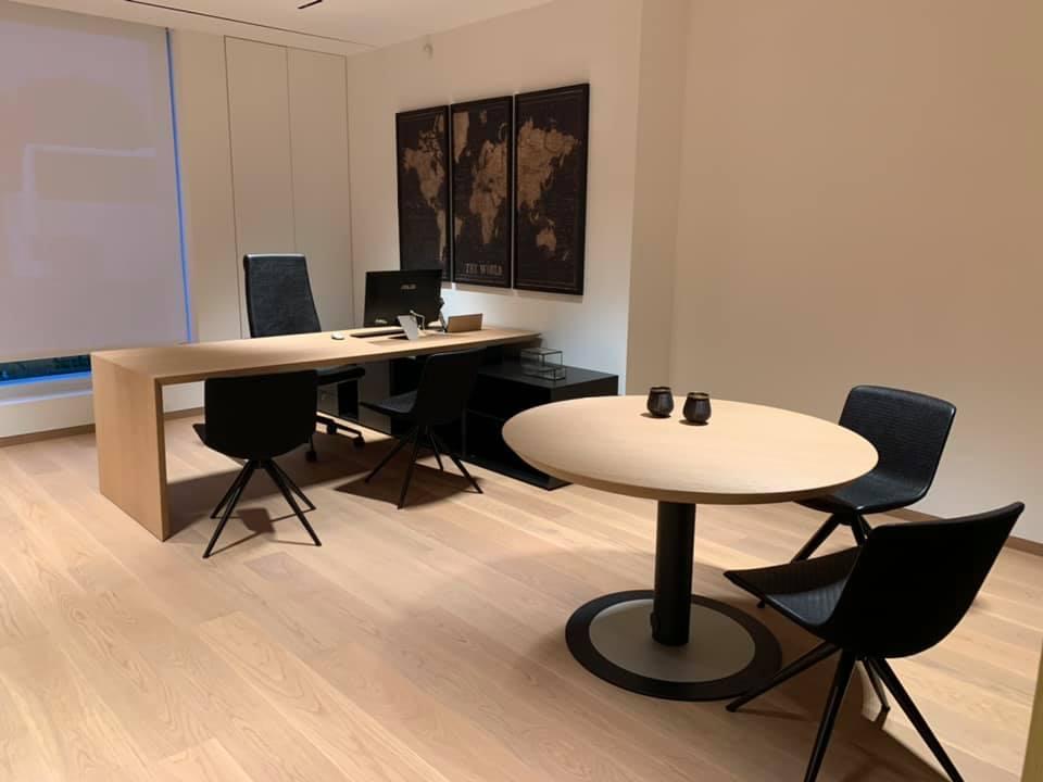 ufficio con tavoli e sedie e pavimento in legno