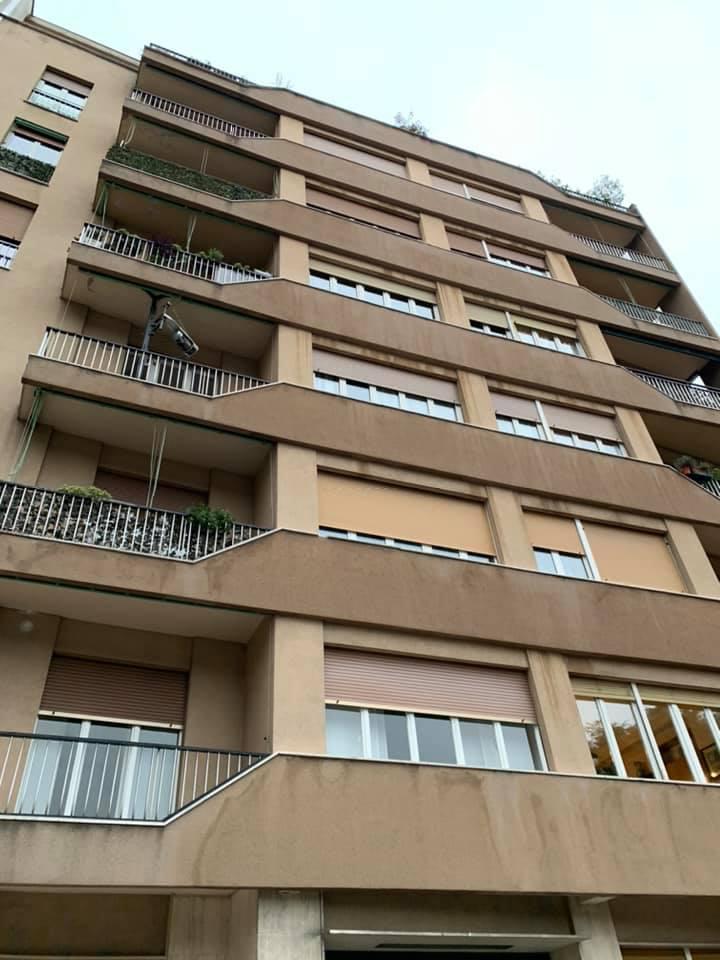 facciata del condominio con tapparelle e serramenti a Como